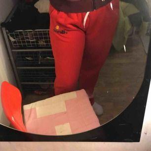 Röda mjukisbyxor i skönt matrial, endast testade en gång. Tyvärr fel storlek så säljes pga det! Köpta i L och trodde dem var små i storleken men dem sitter som en L ska. Aldeig använda, endast testade