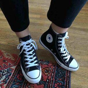 Säljer nu mina knappt använda svarta Converse för att dem inte används utav mig. Storlek 39, kostade 659kr säljer för 350
