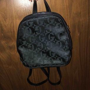 Mini ryggsäck i svart, band går att ändra. Priset kan även diskuteras och köparen står för frakten och jag tar bara swish. Som nytt skick men använd fåtal gånger