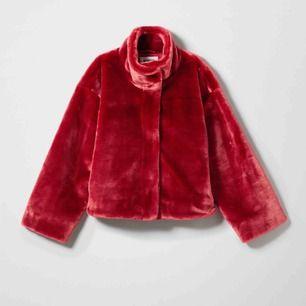 Röd päls jacka från weekday. Orginal pris: 800kr. Använd få gånger i nyskick