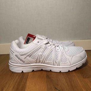 Helt nya Kappa skor, aldrig använda. En liten fläck som förmodligen går att ta bort på vänster sko fram. Storlek 38, skriv för mer bilder🦋