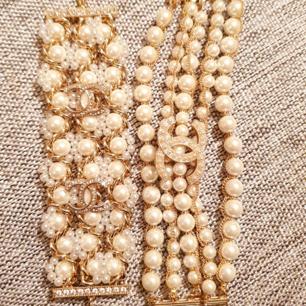 Limited edition från Chanel.  Lyxiga armband med Swarovski och pärlor . Jättefina och eleganta. All smycke Chanel stämplad som jag säljer.