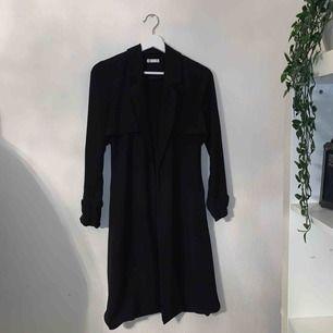 Säljer denna sjukt snygga vår kappa från Cubus! Säljer för att den inte längre kommer till användning! Fortfarande bra skick men söker ett nytt hem🥰🥰