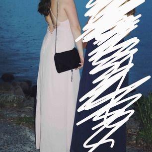 Säljer en ljusrosa balklänning med snörning i ryggen. Passar alla strl upp till M/L då man kan anpassa klänningen. Passar mig och jag är 170cm lång.