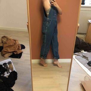 🛠Big Smith Hängselbyxor🛠 Jeans hängselbyxor från USA. Knappt använda utav mig. Tjockt bra jeans material 🖤Möts upp i STHLM eller fraktar🖤