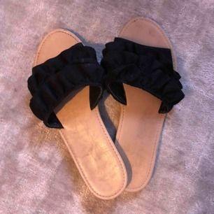 Sandaler med volang i mocka imiterat material. Köpta i Paris på forever21 för 1 år sedan.