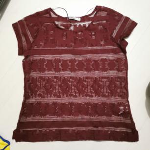 Oanvänd t-shirt från cubus i mesh tyg. Vinröd  Passar även S