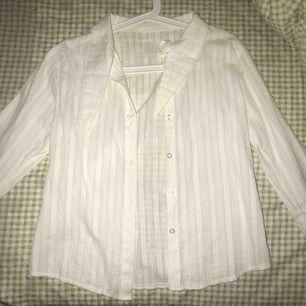 Oanvänd vit skjorta som är lite mer speciell i materialet