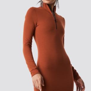 Oanvänd klänning från hannalicious NAKD. Roströd med dragkedja som går djupt ner. Superfin men lite för tajt för min smak.