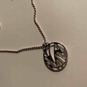 Jättefint halsband i äkta silver jag fick i julklapp, dock inte fått någon användning för det, nypris ca 1200 kr💓💓