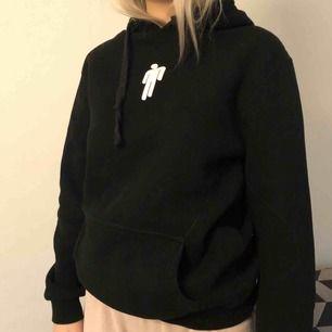 En Billie Eilish hoodie  Storlek M men sitter som en S