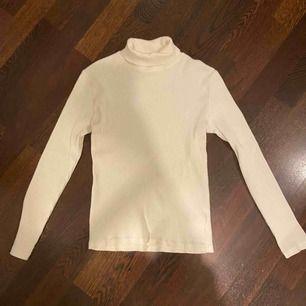 En vit polotröja från Zaras barnavdelning, använd ca 3 ggr. Säljer pga är för liten för mig nu! Storleken skulle jag tippa är typ xs/xxs