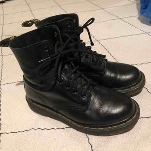 Svarta Dr. Martens. Ganska slitna och skulle behövas sulas om. På högra skon är det ett mindre hål strax över stortån. Kan mötas upp eller skickas mot frakt.