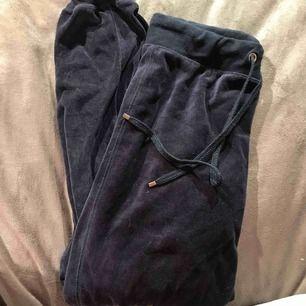 Säljer ett marinblått, samets mjukissätt. Byxorna är i storlek M och säljs för 90kr, hoodien är i storlek S och säljs för 85kr, båda tillsammans går för 175kr.