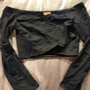 En snygg, svart & snedskuren top från H&M. Väldigt snygg & bekväm! Den är i storlek S men passar lika bra på XS