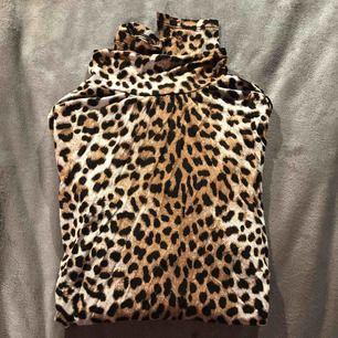 En leopardmönstrad tröja med polokrage från Gina Tricot, väldigt fin!
