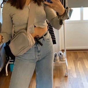Super fin grå väska från weekday!! Säljer pga att den inte kommer till användning, köpt för 300💗💗