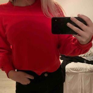 Röd tjocktröja från Monki. Knappt använd. Köparen står för frakten❤️❤️