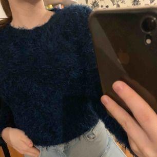 Supermjuk o fluffig tröja i mörkblått från Monki. Syns knappt att den är använd! Kan mötas upp i Växjö annars står köparen för frakt 💖