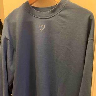 Säljer denna fina blåa oversize tröja i stl S från Monki!  150kr ink frakt eller möts upp i Stockholm!