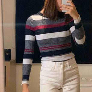 Säljer denna jättefina lite tjockare tröja från HM! 100kr ink frakt eller mötas i Stockholm Obs! Det är ett litet hål vid ena bröstet men syns inte om man har en vit bh under! Därav priset är sänkt!