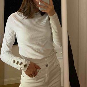 Säljer denna fina vita tröja med knappdetaljer från BikBok! Använd 2-3 gånger! 120kr ink frakt eller mötas i Stockholm!   FINNS I FÄRGEN SVART FÖR SAMMA PRIS!