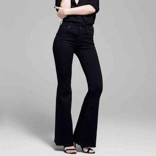 Jeans från Crocker i modellen Pow Flare, har ett litet hål på höger knä