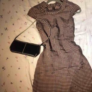Siden klänning från 60-talet. Klänning är välbehållen och i princip nyskick. Vintage så finns inte att köpa online eller i butik🌟 frakt tillkommer💛