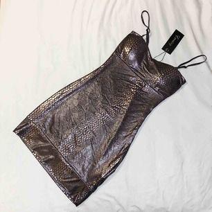 Guldskimrig kortklänning i ormskinnsimitation med prislapp kvar och allt. Aldrig använd, fri frakt**