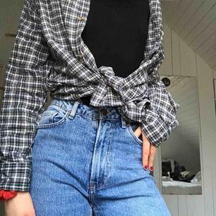 Riktigt snygga jeans, medel high waist och sitter snyggt. Bra skick! Kan mötas upp runt lund, annars står köpare för frakt.