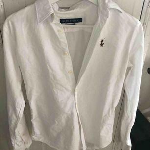 Skjorta i fint skick. Köpte i London för några år sedan, men knappt använt den.