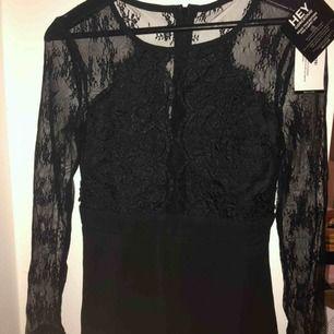 Fin klänning från Nelly⭐️ Mesh-tyg på ärmarna. Aldrig använd(lapparna kvar)✨  Frakt tillkommer
