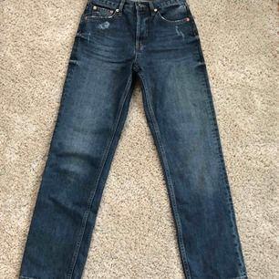 Raka mörkblå jeans från Gina tricot med små slitningar vid fickorna. Bra kvalité och fint skick. Köparen står för frakten:)