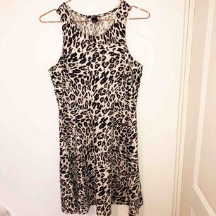 Klänning i nyskick i trendigt leopardmönster. Storlek M.
