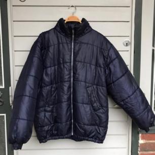 Säljer denna stora puffiga jackan i en glansig blålila färg! Den är så varm och mysig, går att vika upp om man vill ha den kortare 💖 den är köpt på humana för två år sedan men är knappt använd så fint skick!