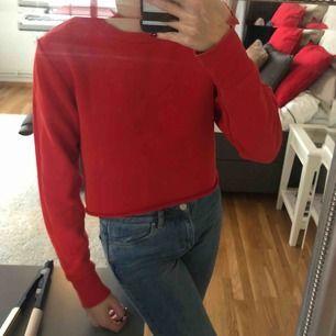 Croppad sweatshirt från zara. Använd ett fåtal gånger och är i bra skick. Köparen står för frakten:)