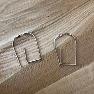 Guldiga örhängen från asos, använda i fint skick.