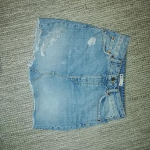 Snygg blå jeans kjol som tyvärr har blivit lite för liten för mig :(😍 Frakt tillkommer på 36kr