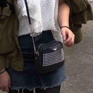 """Zadig & voltaire väska i svart med nitar på, i modellen """"boxy"""". Köpt för ca. 1 år sedan, rymlig och finns heller inte längre i butik. Äkta läder. Pris kan diskuteras!"""