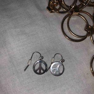 Säljer dessa fina öronhängen för 10kr + 9kr frakt! Inte använt som mycket alls!