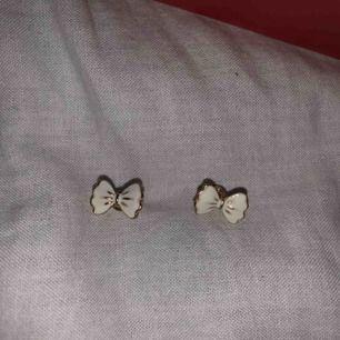 Säljer dessa öronhängen för 10kr + 9kr frakt! Inte använda mycket.