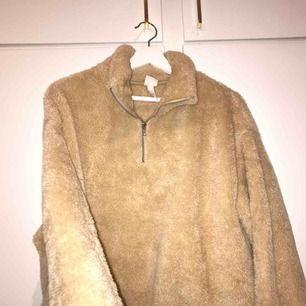 Suupermyysig teddy tröja från h&m, super trendig & snygg samtidigt som den är hur mysig som helst! jättebra skick!