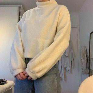 En mjuk piletröja i strl L från H&M. Den är oversized på mig som i vanliga fall har M. Köparen står för frakten!
