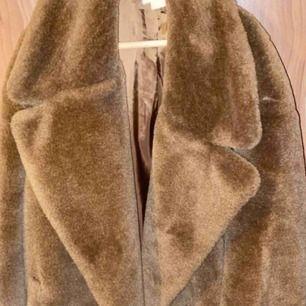 Skön och varm kappa. Använd ett fåtal gånger.
