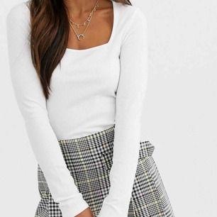 Super snygg tröja från ASOS med som går att styla till allting. Köpt för 200kr  Frakt tillkommer på 36kr Har ingen egen bild med tröjan på eftersom den är lite för stor för mig men har egna bilder på tröja. 💕💕💕