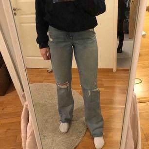Säljer mina skitsnygga jeans från river island! Köpte dem på Nelly i höstas men de har inte kommit till användning så mycket. Jag är 172cm och de går ner till golvet på mig så riktigt bra längd!