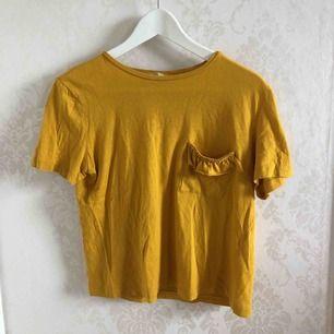 Senapsgul t-shirt från Zara. Hör av dig för fler bilder osv