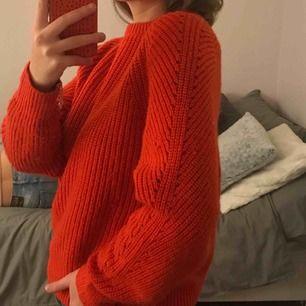 Finstickad röd tröja från mango i fint skick Strl S/Xs Sänkt axelssöm (Säljer även den beiga tröjan på sista bilden i samma modell)
