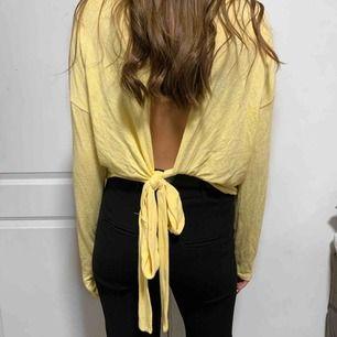 Tröja med öppen rygg & knytning, endast använd fåtal ggr. Jätteskönt material & supermysig tröja! Kan mötas upp i Sthlm annars står köpare för frakt ❤️