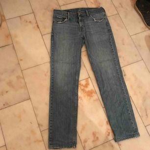 Säljer ett par Levis jeans, ljusblå med lite slitningar. Köpta second hand. Nypris 300 säljer för 100. Storlek 27/30 , small/medium. Möts i stan🧡🧡